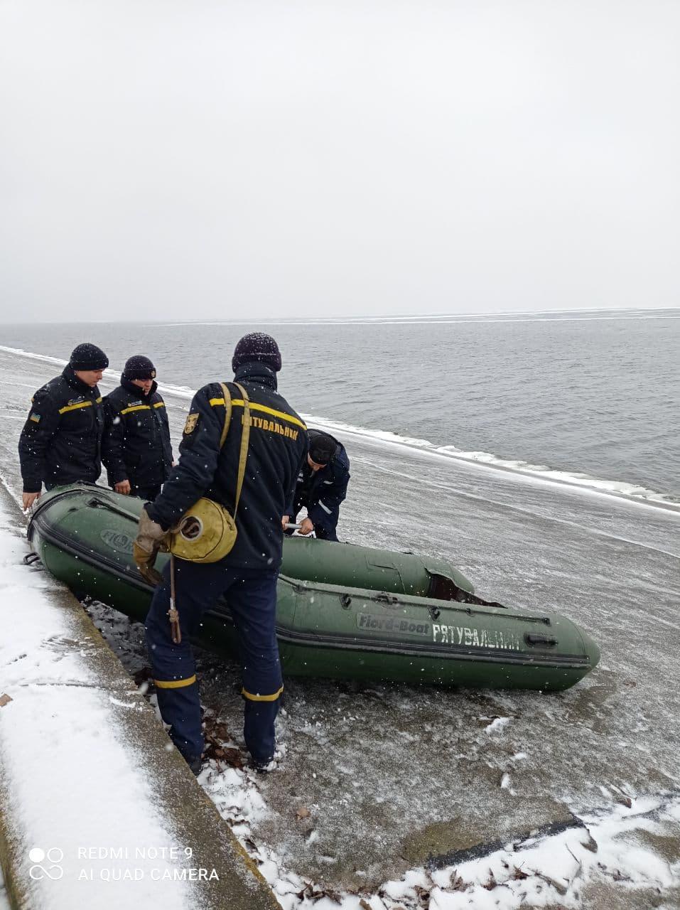 На Кіровоградщині врятували рибалку на крижині за пів кілометра від берега. ФОТО 2