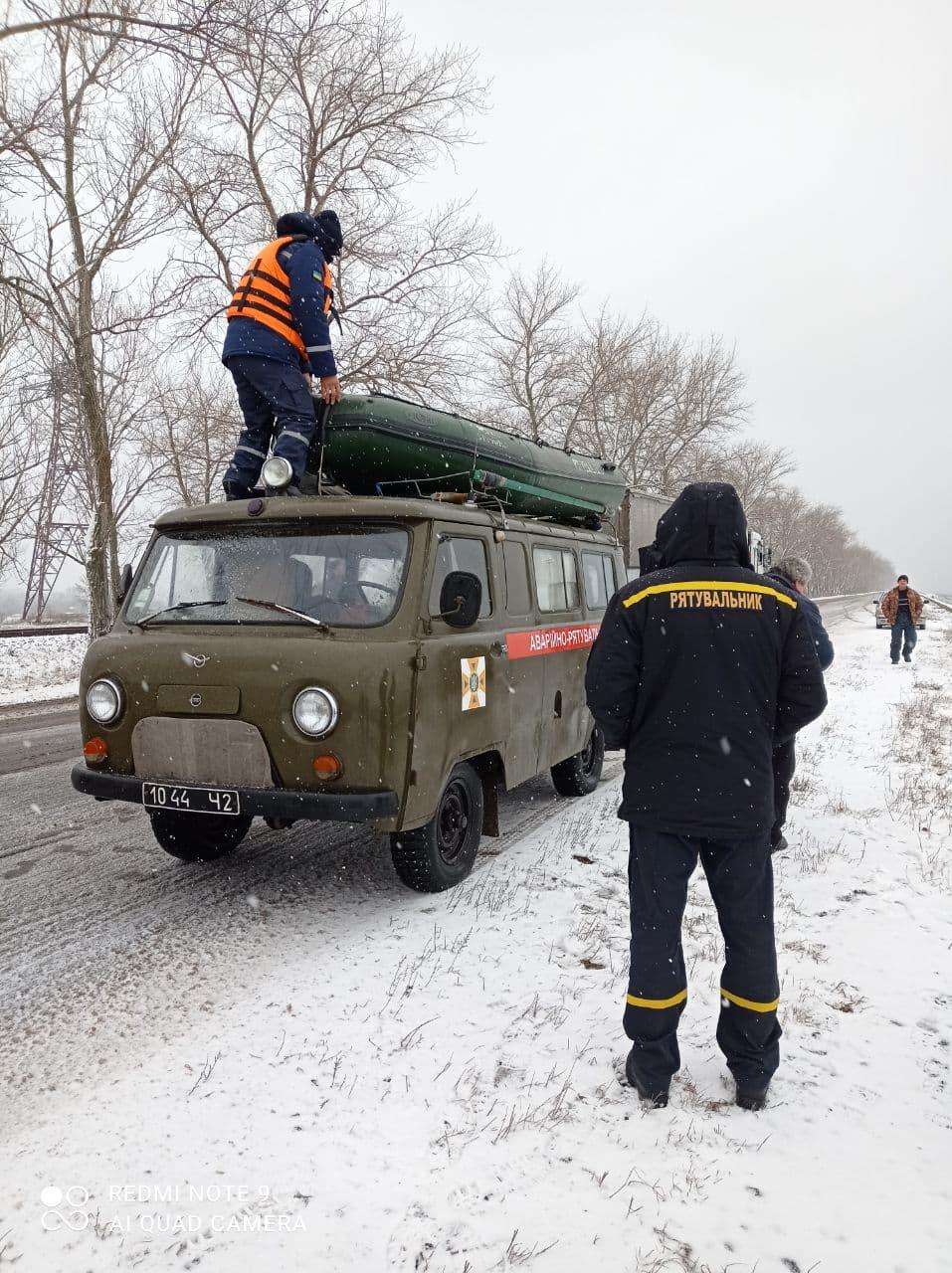 На Кіровоградщині врятували рибалку на крижині за пів кілометра від берега. ФОТО 3