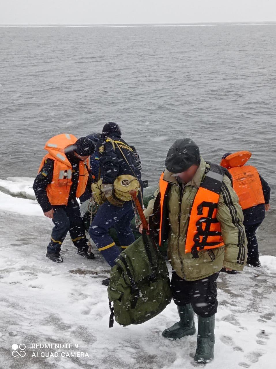 На Кіровоградщині врятували рибалку на крижині за пів кілометра від берега. ФОТО 5