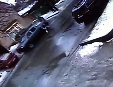 У Кропивницькому п'яний водій по черзі в'їхав у три припарковані автівки. ВІДЕО