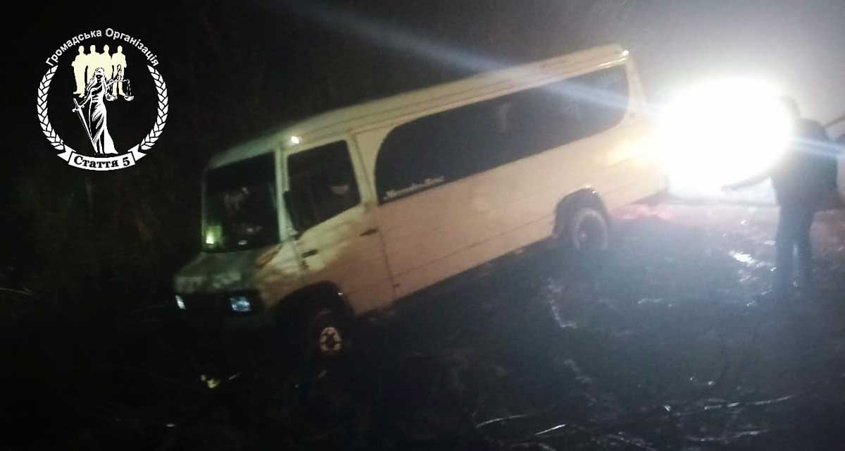 На Кіровоградщині рейсовий мікроавтобус злетів у кювет. ФОТО