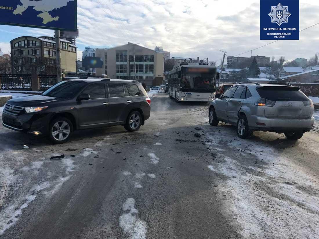 Без Купюр У Кропивницькому не розминулися Lexus і Toyota. ФОТО За кермом  новини Кропивницький Кіровоградщина ДТП Toyota Lexus 2021 Квітень