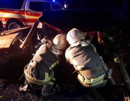 Внаслідок аварії на Кіровоградщині постраждалий виявився заблокованим в авто. ФОТО