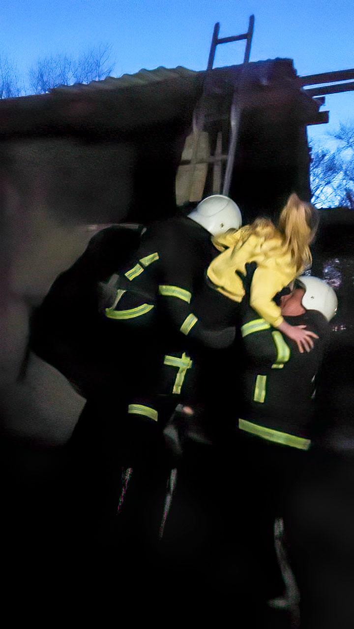 Без Купюр У Кропивницькому рятувальники зняли дитину з другого поверху недобудови. ФОТО Події  новини Кропивницький Кіровоградщина ДСНС 2021 Квітень
