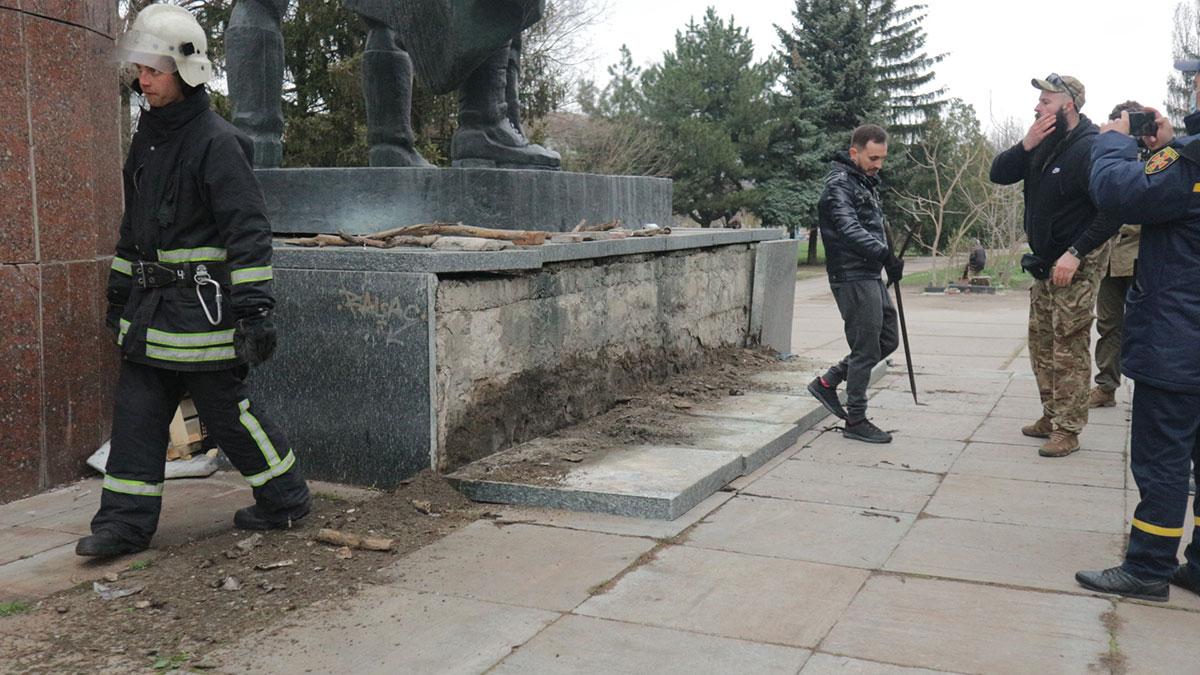 Без Купюр У Кропивницькому активісти з рятувальниками зробили безпечнішим аварійний пам'ятник. ВІДЕО Події  пам'ятник новини Кропивницький Кіровоградщина 2021 Квітень
