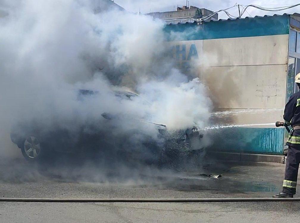 Без Купюр В Олександрії згоріло авто активіста, поліція перевіряє версію про підпал. ФОТО. ВІДЕО Головне За кермом  Олександрія новини Кіровоградщина 2021 рік