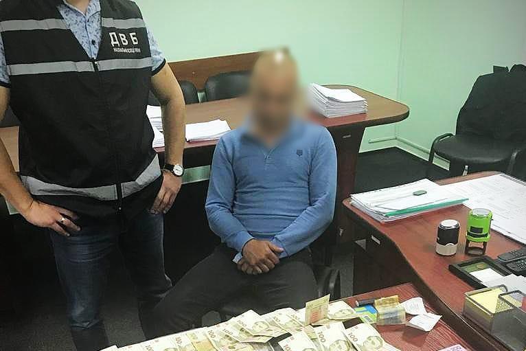 Без Купюр На Кіровоградщині затримали чоловіка, який пропонував правоохоронцю хабар Кримінал  хабар Національна поліція 2021 Квітень