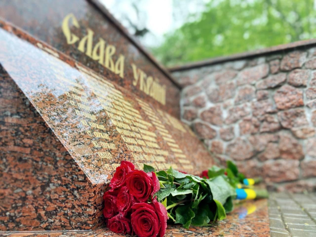 Без Купюр У Кропивницькому вшанували пам'ять загиблих воїнів Другої світової війни та учасників АТО/ОСС Головне Події  новини Кіровоградщина день пам'яті та примирення 2021 Квітень