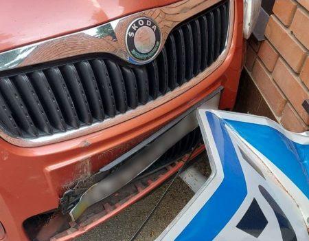 У Кропивницькому водійка збила дорожній знак. ФОТО