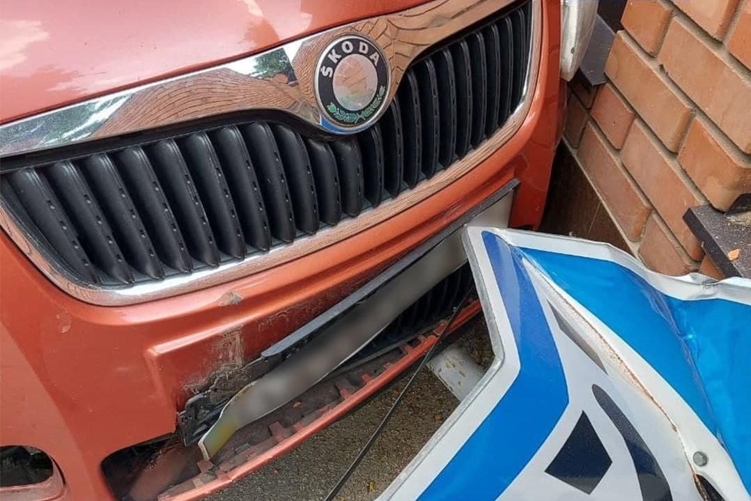 Без Купюр У Кропивницькому водійка збила дорожній знак. ФОТО За кермом  новини Кропивницький Кіровоградщина ДТП 2021 Квітень
