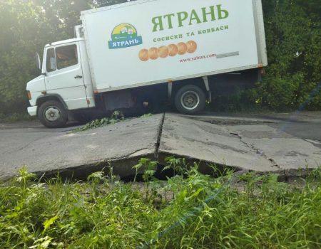 """На бетонній дорозі """"Кропивницький-Платонове"""" піднялися плити. ФОТО"""