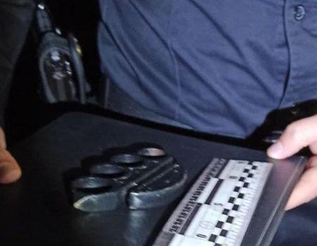 У Кропивницькому затримали молодика з кастетом. ФОТО