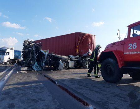 На Кіровоградщині сталася масштабна ДТП за участі вантажівок та легковика. ФОТО