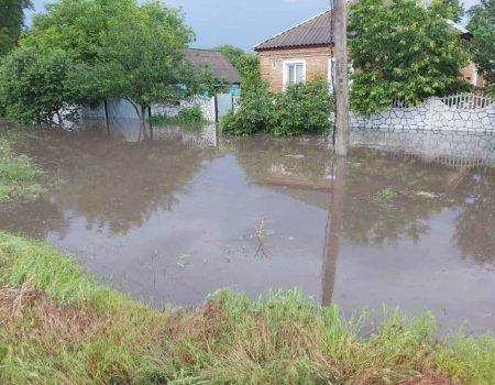 На Кіровоградщині рятувальники відкачують дощові води з підтоплених садиб