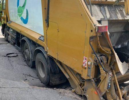 У Кропивницькому під сміттєвозом провалився асфальт. ФОТО