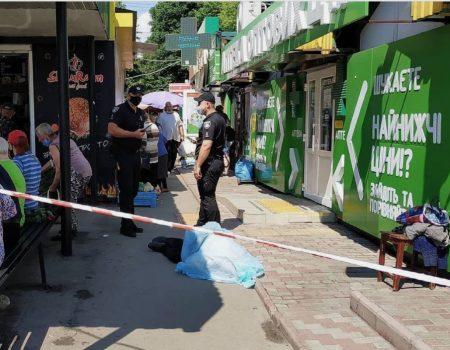 У Кропивницькому біля зупинки помер чоловік. ФОТО
