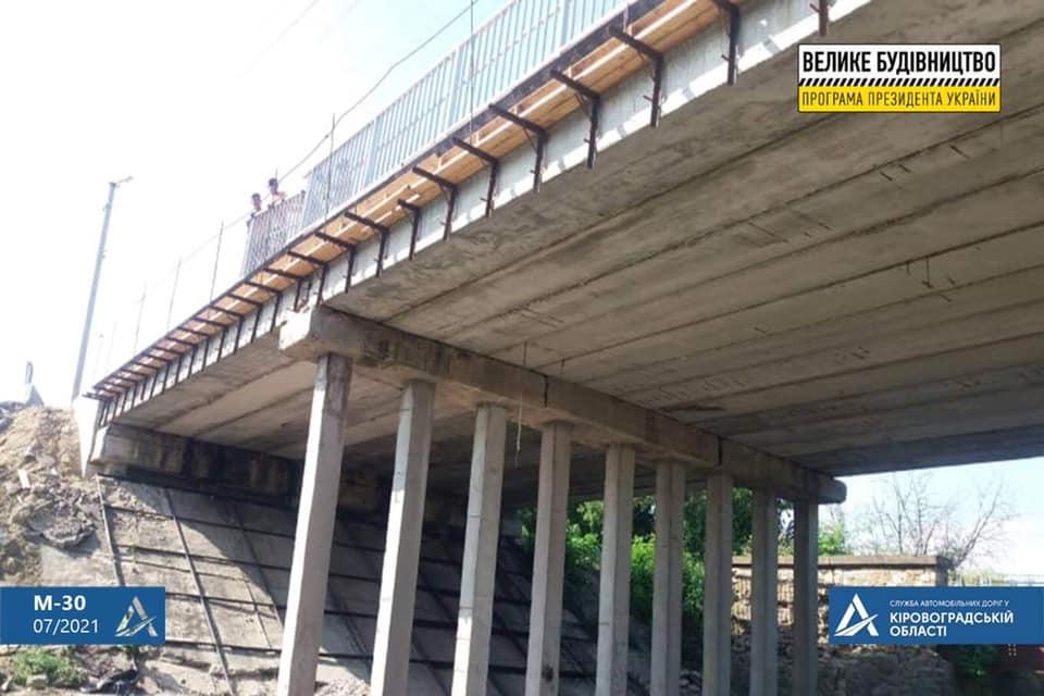 Без Купюр На двох мостах М-30 перейшли до влаштування монолітних плит За кермом  новини Кропивницький Кіровоградщина велике будівництво 2021 Липень