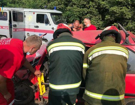 На Кіровоградщині рятувальники розблокували водія понівеченої автівки. ФОТО