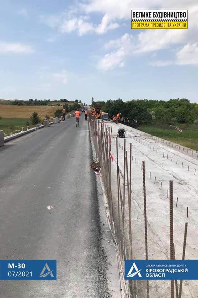Без Купюр На Кіровоградщині одночасно відновлюють 2 мости на трасі М-30 За кермом  новини Кропивницький Кіровоградщина дороги велике будівництво 2021 рік