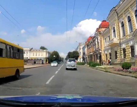 """У Кропивницькому п'яний водій """"Toyota"""" їздив на червоне світло та тікав від патрульних. ВІДЕО"""