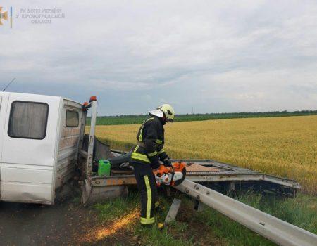 На Кіровоградщині рятувальники деблокували авто, що в'їхало у відбійник. ФОТО