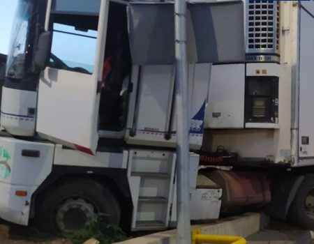У Кропивницькому вантажівка в'їхала в дорожній знак. ФОТО