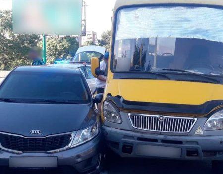 У Кропивницькому зіткнулися маршрутка та легковик. ФОТО
