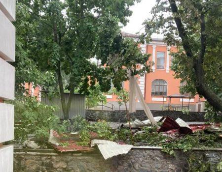 У Кропивницькому негода пошкодила дах лікарні, дерева, елекродроти та білборди. ФОТО