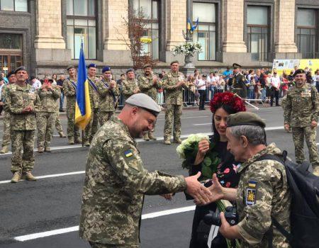Колишній спецпризначенець з Кропивницького освідчився коханій під час параду на Хрещатику. ФОТО