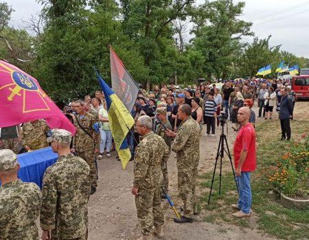 В Олександрійському районі на Кіровоградщині День жалоби – попрощалися з 26-річним військовим. ФОТО