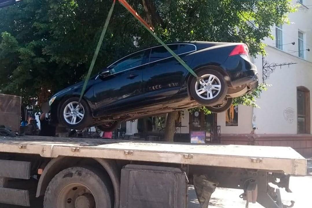 Без Купюр У Кропивницькому поліцейські евакуювали дві автівки, що заважали іншим. ФОТО За кермом  новини Кропивницький Кіровоградщина 2021 рік