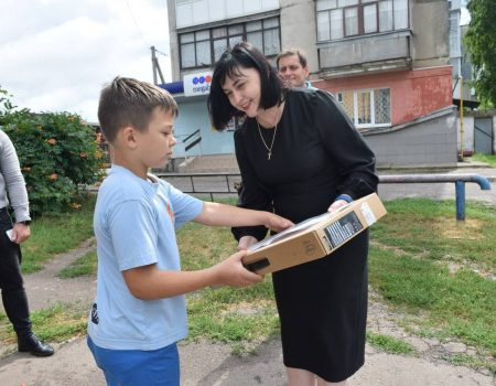 Синові загиблої військової зі Знам'янки подарували ноутбук від Президента України. ФОТО
