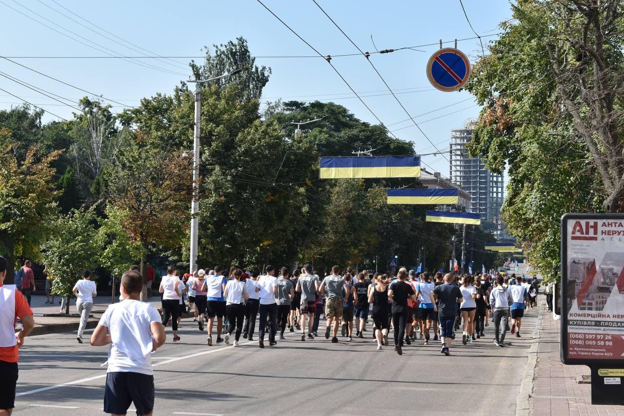 Без Купюр Більше 300 кропивничан долучились до акції «Шаную воїнів, біжу за героїв України». ФОТО Головне Події  новини Кропивницький Кіровоградщина Акція 2021 рік