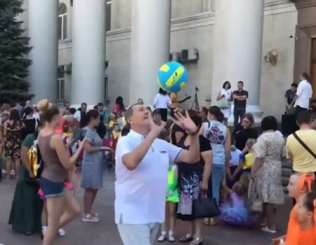 Міський голова Кропивницького пограв м'ячем із колегами з інших міст