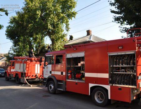 У Кропивницькому зайнялася покрівля будинку на 3-ох господарів, врятували жінку
