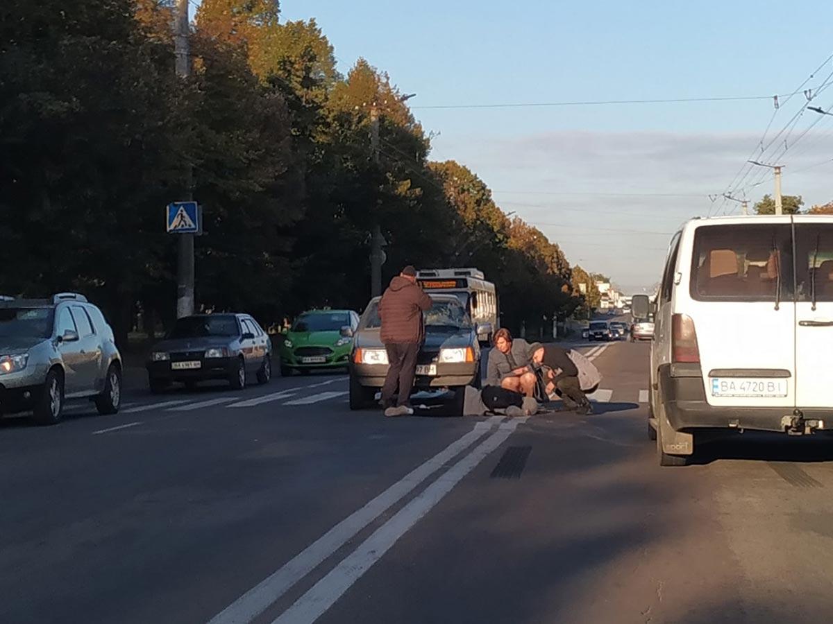 Без Купюр У Кропивницькому машина наїхала на 17-річного хлопця. Його відвезли в лікарню Події  Кропивницький ДТП 2021 Жовтень