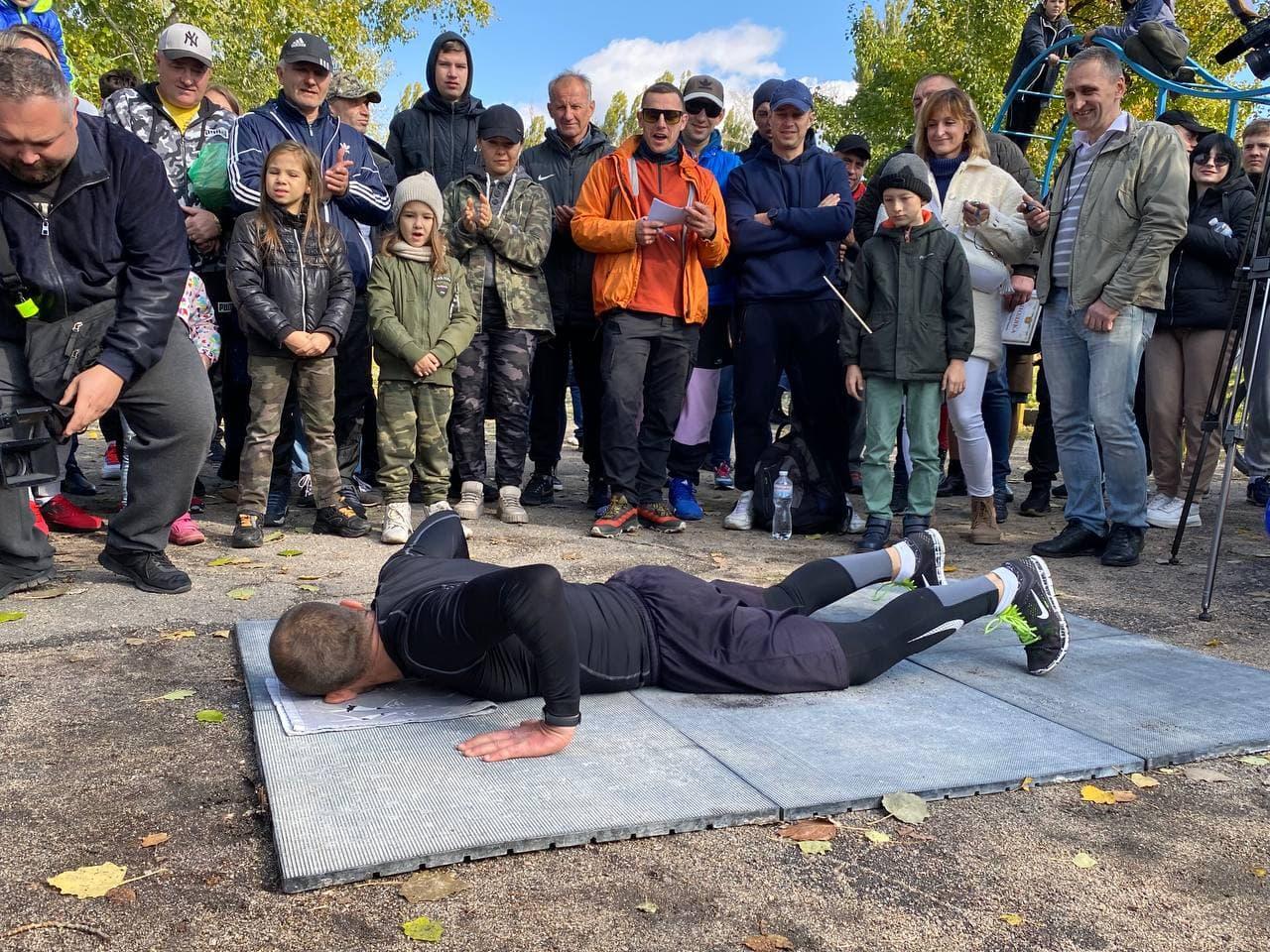 Без Купюр Військовий з Кропивницького зробив 870 відтискань і стрибків та встановив національний рекорд Головне Спорт  Рекорд новини Кропивницький Кіровоградщина 2021 Жовтень