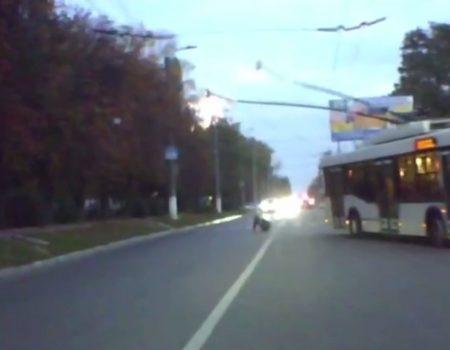 У Кропивницькому тролейбус  в'їхав у стовп. ВІДЕО
